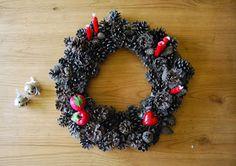 DIY Pinecone Christmas wreath. Corona de navidad con piñas