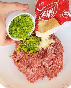 Size muhteşem bir yemek tarifim var eğer çocuklarınız pırasa sebze sevmiyorsa bu köfte tarifi tam size göre sonuna kadar izleyin lütfen kalp bırakırsanız çok sevinirim ♥️ Yufka yatağında köfte ♥️ 400 gr kıyma Bir küçük soğan 2 dal pırasa (eklemesenizde olur ) 1 kaşık salça Tuz karabiber pulbiber ke... Turkish Recipes, Tasty Dishes, I Foods, Food And Drink, Pasta, Favorite Recipes, Lunch, Cooking, Healthy
