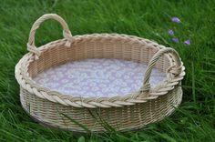 Heřmánková.. Kulatý podnos se dvěma oušky. Dno pokrývají heřmánkové květy na světle fialovém podkladě. Rozměry: průměr dna 28 cm, výška bez oušek 6,5 cm, v místě oušek 12 cm