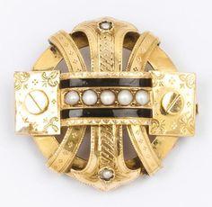 Broche en or jaune ciselé et émaillé ornée de demi-perles. Epoque Napoléon III. P. 10,9 g. - Gros & Delettrez - 20/10/2017