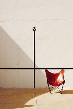 Pelota vasca   Esta casona en Biarritz enloqueció a la decoradora Susana Beltrán por sus hechuras art déco y su jardín centenario. Con muebles de brocante, le dio aspecto de villa francesa con aromas 'fifties'.