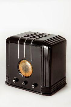 Art Deco Sparton Radio with Ebony Lacquer and Chrome Trim, designed by Walter Dorwin Teague Art Nouveau, Home Theater Sound System, Radio En Vivo, Straight Line Designs, Wireless Music System, Cool Clocks, Antique Radio, Phonograph, Art Deco Furniture