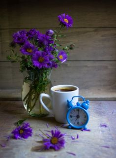 Coffee and flowers Fresh Roasted Coffee, Pause Café, Coffee Cookies, Good Morning Coffee, Morning Mood, Coffee Break, Tea And Books, Spiced Coffee, Pour Over Coffee