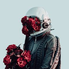 來自維也納的奧地利藝術家 David Schermann 透過攝影創作來講述一名太空人的寂寞故事,迷人的紅色景觀充滿詩意,太空人彷如電影《絕地救援》中被遺忘在火星上的植物學家馬克·瓦特尼,憂鬱迷惘的氛圍非常引人入勝。