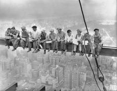 Rockefeller Center, 1932 Men on beam vintage New york workers photos black and white photography oversize giclee murals canvas Lunch On A Skyscraper, Skyscraper New York, Famous Pictures, Old Pictures, Old Photos, Amazing Pictures, Funny Pictures, Lewis Wickes Hine, Rockefeller Center