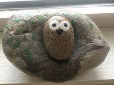 ugle (lagt i hulning på anden sten med træ motiv)