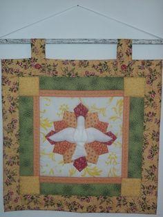 Quadro em patchwork e aplicacoes em tecido 100% algodao, pontos decorativos, acolchoado, forrado e com bastao em madeira patinada branca, pronto para pendurar! R$75,00
