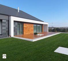 Elewacja i taras drewniany. Realizacja w Wałbrzychu - Duży ogród za domem, styl minimalistyczny - zdjęcie od PHU Bortnowski - homebook