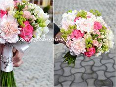 frezja róża goździk i różyczki gałązkowe w dwóch odcieniach