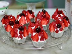 Mazarincupcakes med färska bär (kock Leila Lindholm)
