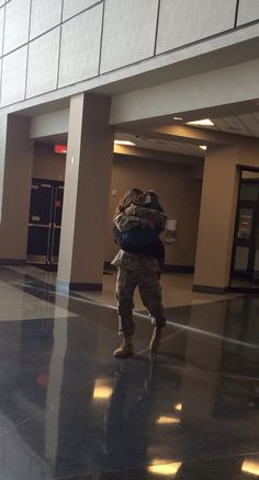 The best feeling ever ❤️ te amo te extrane shit 1 semana sin el :( Usmc Love, Military Love, Military Couples, Military Couple Pictures, Military Deployment, Soldiers Coming Home, Homecoming Pictures, Homecoming Dresses, Soldier Love