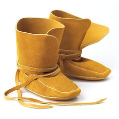 Manitobah moccasins are created with natural materials and thousands of years of functionality and culture. A 'moccasin' is an Indigenous word for 'shoe or slipper'. Our ancestors originally designed these fur-trimmed, hide moccasins to wear indoors. Moccasin Boots, Bearpaw Boots, Baby Moccasin Pattern, Moccasins Pattern, Indian Boots, Native American Moccasins, Beadwork Designs, Shearling Boots, Sheepskin Boots