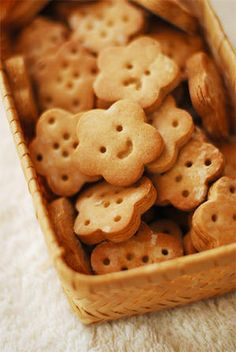 Such cute biscuit faces! Kawaii Cookies, Cute Cookies, Cute Food, Yummy Food, Cute Baking, Cute Desserts, Happy Foods, Cookies Et Biscuits, Cookie Decorating
