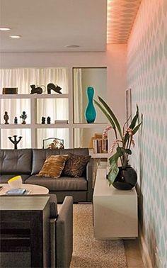 O sofá não precisa ficar sempre encostado na parede! Veja 8 ideias para variar e inovar no decor da sala