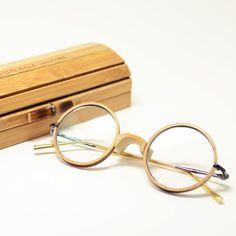 """""""G.M.S by 増永眼鏡"""" GMS-2013LTD-1(ゴールド+チタン+竹) 創業1905年、鯖江=眼鏡産地として世界中に知られていますが、増永眼鏡なくして日本の眼鏡を語ることは出来ません。  GMSとは増永五左エ門の頭文字を取った """"Gozaemon Masunaga Spectacles""""の略称です。   この世界限定50本のスペシャルモデルは、フランス・パリで行われる世界眼鏡見本一 「SILMO2013」に於いて特別賞を受賞。  フレーム:フロント&鼻当て「竹」  テンプル:TITAN+18金ミックス構造  ■番号:gms-2013ltd-1  ■レンズ横幅:44mm  ■レンズ縦幅:43mm  ■ブリッジ幅:23mm ■価格:540,000円  (税込)"""