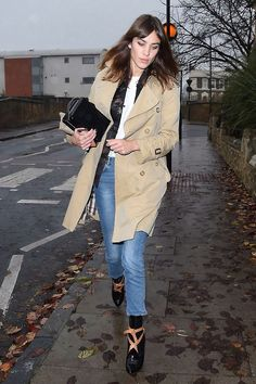 November 29, 2014| Alexa Chung kept dry in a Burberry trench...