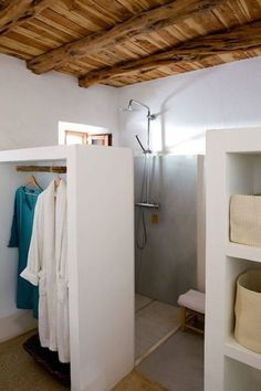 - Robes - Petite salle de bain optimisée : inspiration coup de coeur A partition that becomes a wardrobe for this small bathroom. Bathroom Layout, Bathroom Wall Decor, Bathroom Interior, Small Bathroom, Room Decor, White Bathroom, Dream Bathrooms, Bathroom Inspiration, Interior Design
