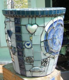 flower pots ideas beautiful objects for home and garden: How to Mosaic a Garden Pot. Broken blue dishes & decals glued to a clay pot Mosaic Planters, Mosaic Garden Art, Mosaic Vase, Mosaic Flower Pots, Mosaic Tiles, Mosaic Mirrors, Tiling, Pebble Mosaic, Blue Mosaic