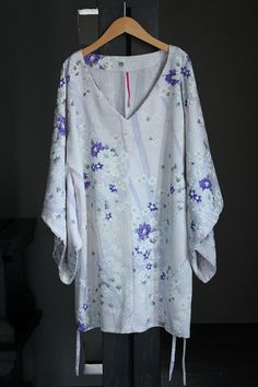 画像: キモノスリーブVネックチュニック Japanese Fabric, Japanese Kimono, Winter Outfits, Casual Outfits, Winter Clothes, Kimono Fabric, Kimono Top, Patchwork Patterns, Sewing Clothes
