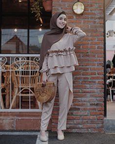 """ถูกใจ 43.3k คน, ความคิดเห็น 430 รายการ - AGHNIÁ (@aghniapunjabi) บน Instagram: """"Mademoiselle ✨ #medinalukmanwedding --- Promise, this is the last ✌ Sorry for spamming ☝"""" Hijab Style Dress, Casual Hijab Outfit, Winter Fashion Outfits, Fashion Pants, Girls Frock Design, Hijab Fashionista, Frocks For Girls, Modest Wear, Muslim Dress"""