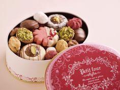 チョコレート以外で本命スウィーツを探すなら、「アトリエうかい」のクッキーアソート「フール・セック」がおすすめ。鉄板料理店「うかい亭」で提供している食後のプティフールが評判となり、2013年にオープンした... Cookie Box, Cookie Gifts, Cookie Desserts, Baking Packaging, Dessert Packaging, Japanese Cookies, Homemade Chocolate Bars, Sweet Corner, Donut Glaze