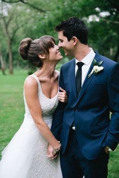 Le chignon de danseuse mérite lui aussi sa frange. Coiffure de mariée avec frange, pour un style Zoey Deschanel.