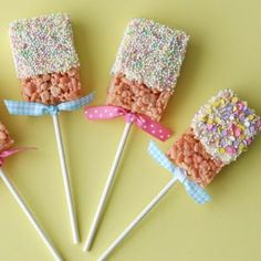 These cute and creative Candy Corn Krispie Treats are perfect for fall and Halloween parties! Traditional rice krispies treats get a festive fall update! Rice Crispy Pops, Rice Crispy Treats, Krispie Treats, Yummy Treats, Sweet Treats, Easter Snacks, Easter Treats, Birthday Treats, Easter Candy