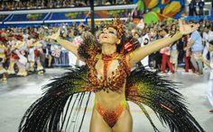 A rainha de bateria, Viviane Araújo, durante desfile do Salgueiro