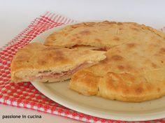 La pizza rustica, è una pizza chiusa farcita con prosciutto, mozzarella e pezzettini di pomodoro pelato, ma la farcia varia in base ai propri gusti