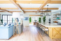 The Chic West Coast Style of Interior Designer Barclay Butera on beachpretty today Contemporary Interior Design, Decor Interior Design, Modern Design, Interior Decorating, Kitchen Wallpaper, Home Decor Inspiration, West Coast Style, Kitchens, Beach Furniture