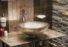 Banheiro com parede em técnica de canjiquinha. Cuba e bancada em estilo contemporâneo. Contraste decorativo.