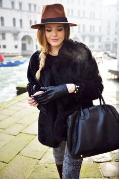 Love this Winter Fashion: a brown hat paired with cat eyes, a fur coat, and faded black jeans!