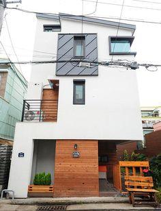 [주택의 재발견 (19)] 1억5000만원으로 3층짜리 협소주택 지은 30대 부부 - 1등 인터넷뉴스 조선닷컴 - 큐레이션 Facade Design, Exterior Design, Interior And Exterior, Architecture Design, House Design, Narrow House, Box Houses, Solar House, Japanese House