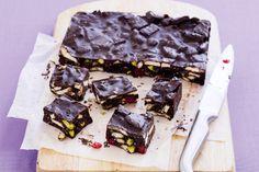 Σοκολατένιος+κορμός+ψυγείου+με+μπισκότα,+ξηρούς+καρπούς+και+κεράσια+γλασέ
