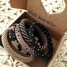 🅗🅐🅝🅓🅜🅐🅓🅔 🅑🅔🅐🅓🅢 (@suslu_boncuklar) • Instagram fotoğrafları ve videoları Diy Jewelry, Beaded Jewelry, Beaded Bracelets, Rope Bracelets, Necklaces, Jewellery, Bead Crochet Rope, Beaded Crochet, Projects To Try