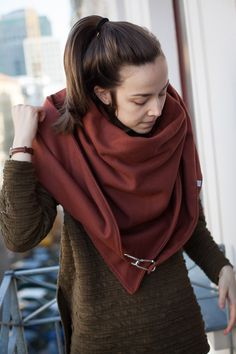 Rostbraunes Dreieckstuch mit Karabiner / rust-brown triangular scarf with snap… Apocalyptic Fashion, Head & Shoulders, Diy Clothing, Neck Warmer, Fall Dresses, What To Wear, Knit Crochet, Scarves, Street Style