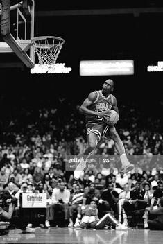 Fotografia de notícias : Michael Jordan of the Chicago Bulls attempts a. Basketball Jones, Bulls Basketball, Jordan Basketball, Basketball Players, Chicago Bulls, Illinois, Dj Dj Dj, Portable Basketball Hoop, Kobe Lebron