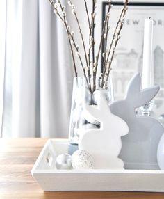 Schlichte Osterdekoration, Osterdeko in weiß und grau mit Keramikhasen und Weidenkätzchen