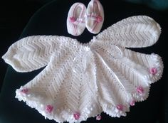 Baby wear, with lace and pink flowers, handmade by Merle, for baby or reborn dolls. Make And Sell, How To Make, How To Wear, Reborn Dolls, Baby Wearing, Pink Flowers, Beautiful Things, Crochet Hats, Lace