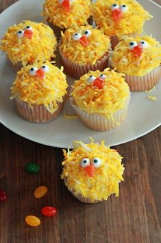 58 Fun and Creative Easter Crafts for Kids and Toddlers These Easter chick cupcakes are just adorable! Your children will LOVE them! Just one of 40 Fun and Creative Easter Crafts for Kids and Toddlers Cupcake Recipes, Cupcake Cakes, Dessert Recipes, Cupcake Ideas, Dessert Ideas, Easter Recipes, Holiday Recipes, Easter Cupcakes, Frog Cupcakes