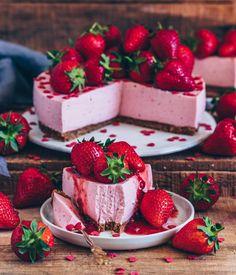 Strawberry cheesecake (vegan, without baking - Kuchen - Best Cake Recipes Strawberry Cheesecake No Bake, Vegan Cheesecake, Cheesecake Recipes, Vegan Yogurt, Coconut Yogurt, Coconut Cream, Baked Strawberries, Yogurt Cake, Vegan Treats