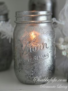 Easy faux mercury glass candleholders for Christmas in this DIY tutorial. Mason Jar Candle Holders, Mason Jar Centerpieces, Mason Jar Candles, Christmas Centerpieces, Mason Jar Lamp, Kilner Jars, Glass Candle, Scented Candles, Pot Mason Diy