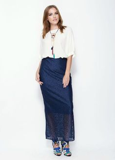 - Long lace Navy blue skirt - Lined until the knees - Opening at the side, until the knees - Zip side closure - Straight fit