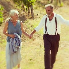 Vanessa Redgrave and Franco Nero met in In 'Letters to Juliet' they play a couple who met and parted 50 years ago and fate is now bringing together. Vanessa Redgrave, Older Couples, Couples In Love, Vieux Couples, Mode Ab 50, Letters To Juliet, Growing Old Together, Lasting Love, Young At Heart