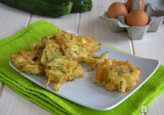 Le frittelle di zucchine sono un delizioso finger food facile, veloce, economico e dal gusto irresistibile grazie ad una soffice pastella.