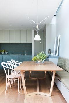 I love using banquette seating in open plan kitchen/dining spaces. Families spend so much time in the kitchen now, it's important to make it as comfortable and functional as possible. Design by - always creating beautiful spaces Banquette Ikea, Banquette Seating, Modern Courtyard, Courtyard House, Dining Area, Dining Room, Dining Table, Kitchen Dining, Design Ikea