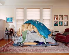 photographer jana sophia nolle has reconstructed temporary shelters of homeless people in san francisco and installed in the living rooms of rich people. Fancy Living Rooms, Living Spaces, Colossal Art, Homeless People, Its Nice That, The Guardian, Cool Things To Make, Bookshelves, Bean Bag Chair