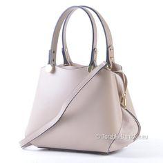 21588a968802a Beżowa torebka włoska z naturalnej skóry. Zgrabny kuferek średniej  wielkości z dopinanym paskiem na ramię
