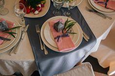 Очаровательная пионовая свадьба Антона и Ольги, сервировка стола - The-wedding.ru