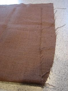 how to cut burlap straight - really cool tip. Also a cute diy burlap table runner.